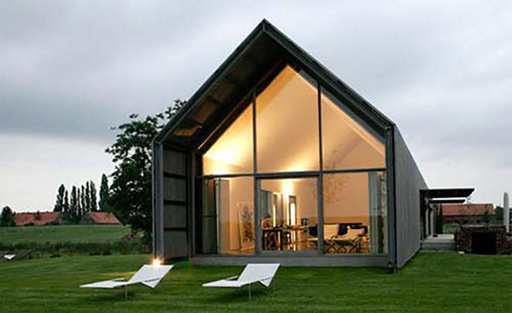 Casa in legno con vetrata panoramica