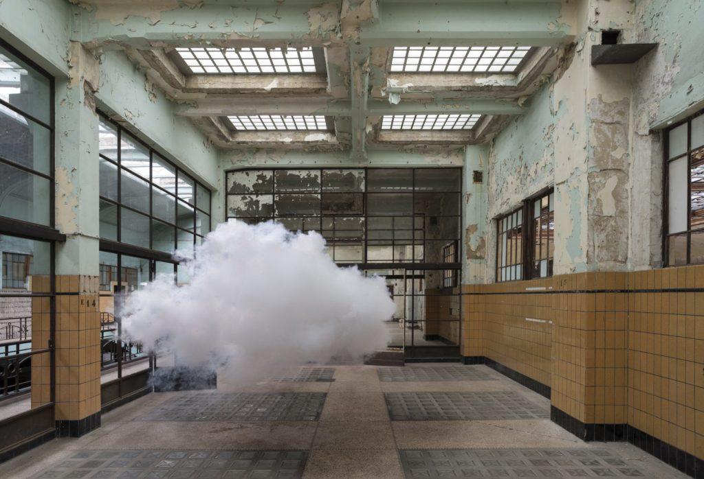 Installazione: nuvola in interno