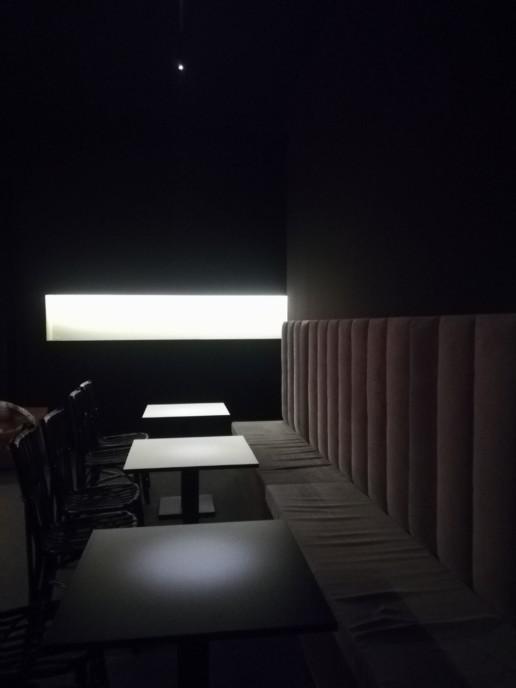 Arredo interno: tavoli in legno coordinato