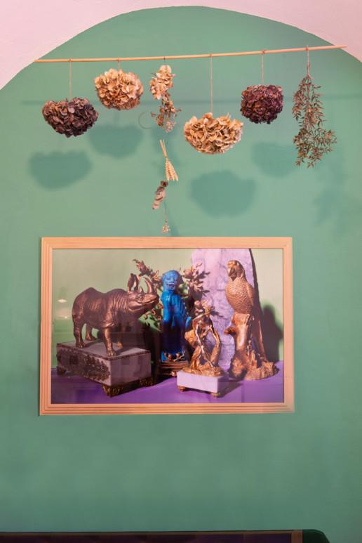Arredamento: parete con Fiori e quadro