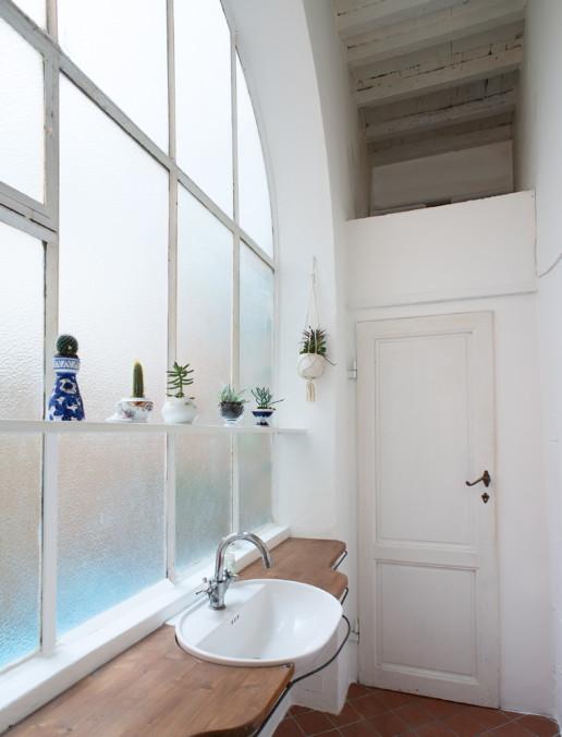 Interno Bagno: vetrata con lavandino